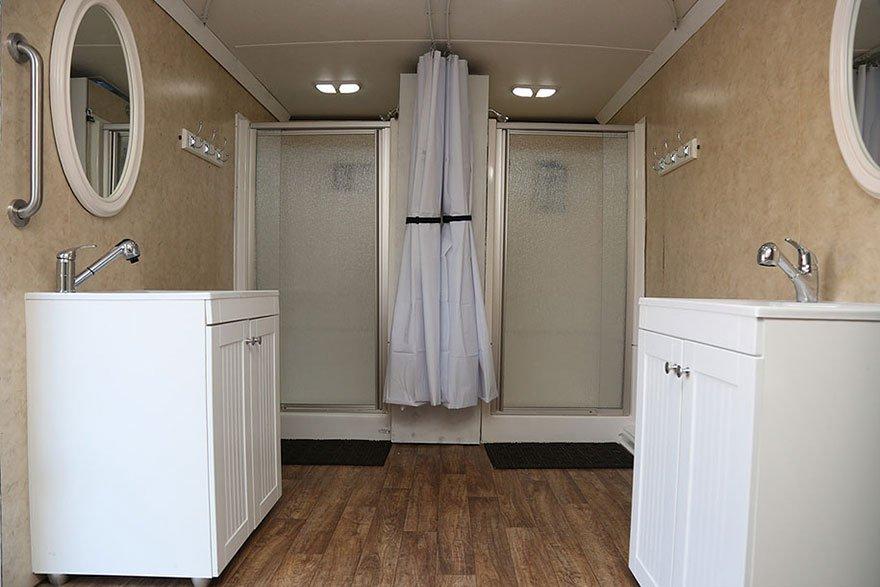 Incrível! Homem transforma caminhão em banheiro para moradores de rua