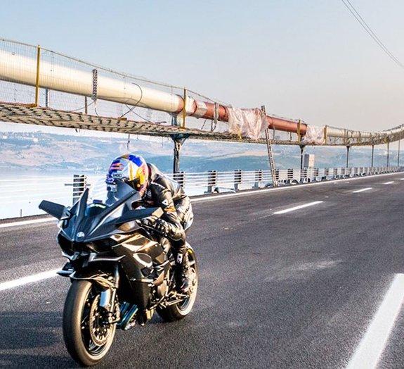 Como é atingir 400 km/h em uma moto? Este piloto mostra pra você