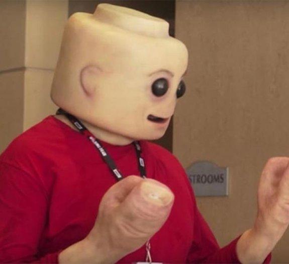 Maquiador de cinema cria cosplay de Homem LEGO ultrarrealista e bizarro