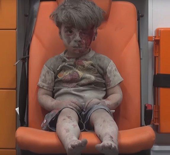 Impactante: garoto de 5 anos é resgatado de atentado e foto comove o mundo