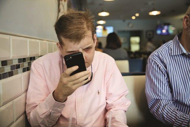 Checando o celular