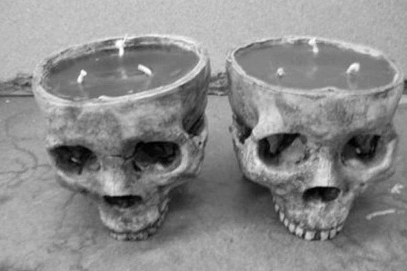 Crânios usados como candelabros