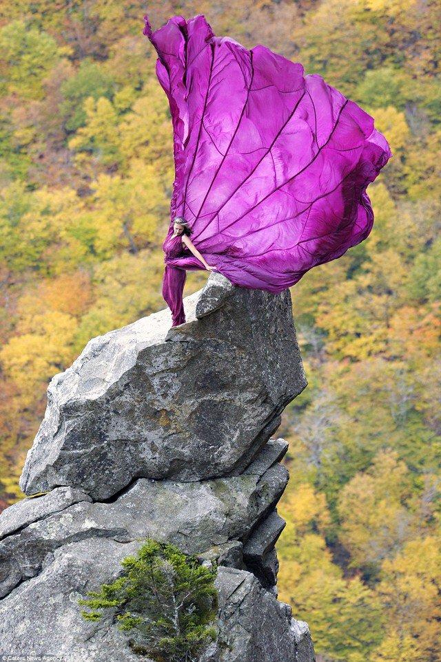 Modelo posa em penhasco, a quase 1.000 m de altura, e o resultado é lindo!