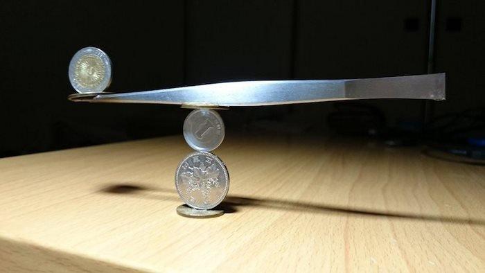 As esculturas que este artista japonês faz com moedas desafiam a gravidade