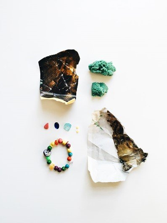 Fotógrafa cria ensaio com coisas encontradas nos bolsos do filho pequeno
