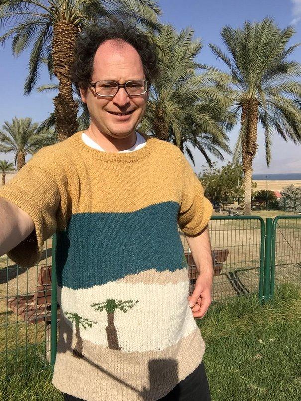 Homem faz roupas que combinam com os lugares que ele visita
