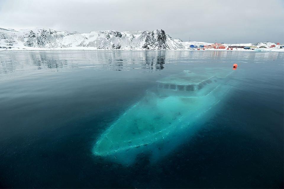 Naufrágio de iate brasileiro cria imagens belíssimas na Antártida - Mega Curioso
