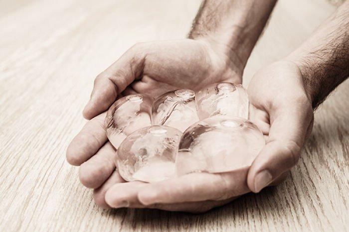 Bolhas de água comestíveis podem substituir garrafas plásticas