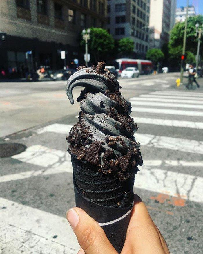 É impossível não se derreter por este maravilhoso sorvete preto
