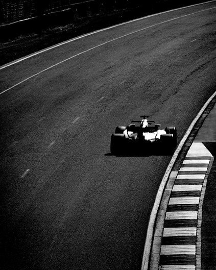 Fotógrafo registra imagens da Fórmula 1 com câmera de 104 anos