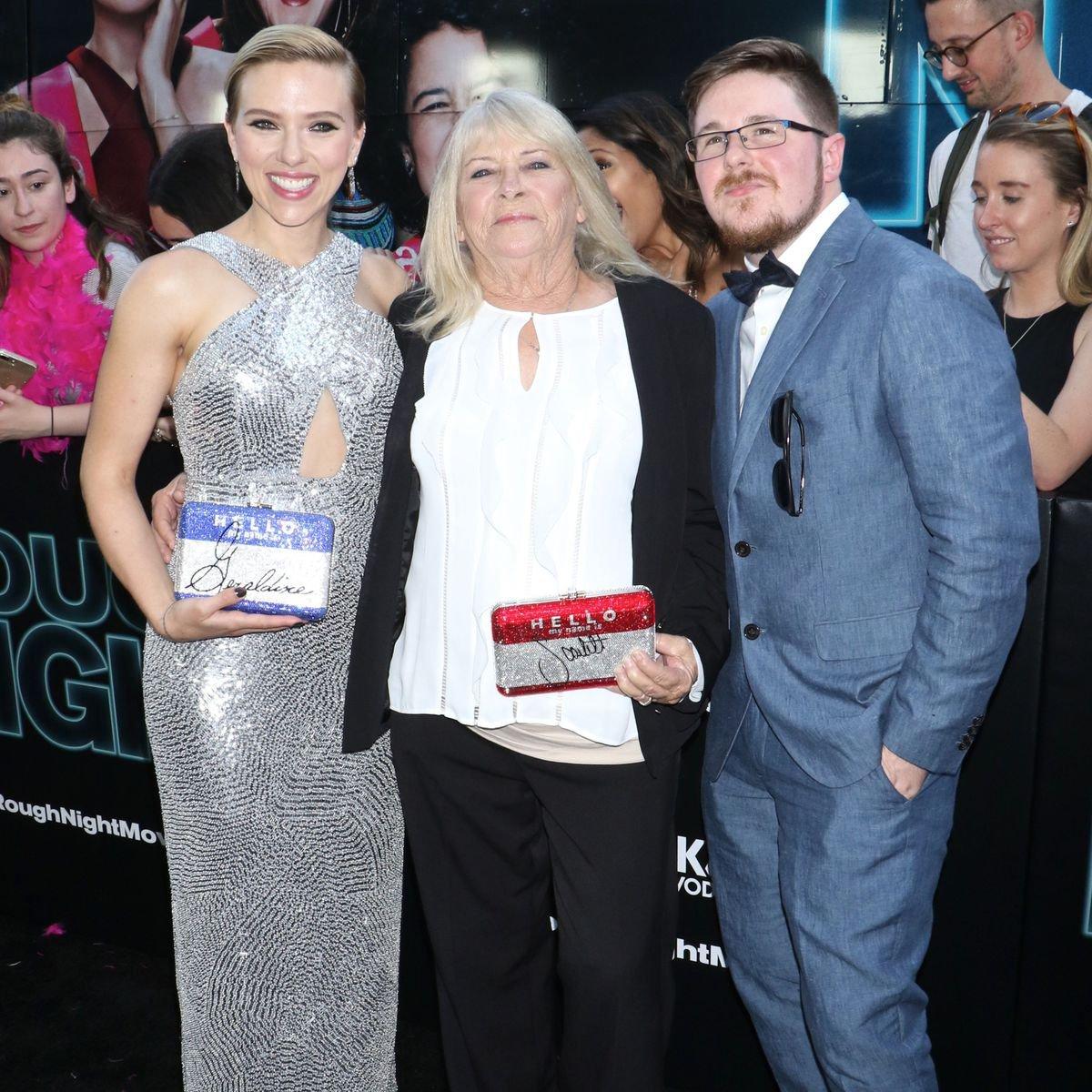 Scarlett Johansson cumpre promessa e leva sua sósia para beber com ela