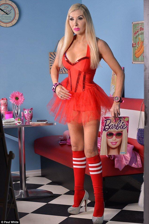 Fã da Barbie, mulher não economizou em cirurgia para ficar igual à boneca