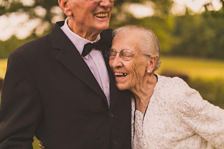 65 anos juntos: o ensaio emocionante de um marido e sua esposa com demência