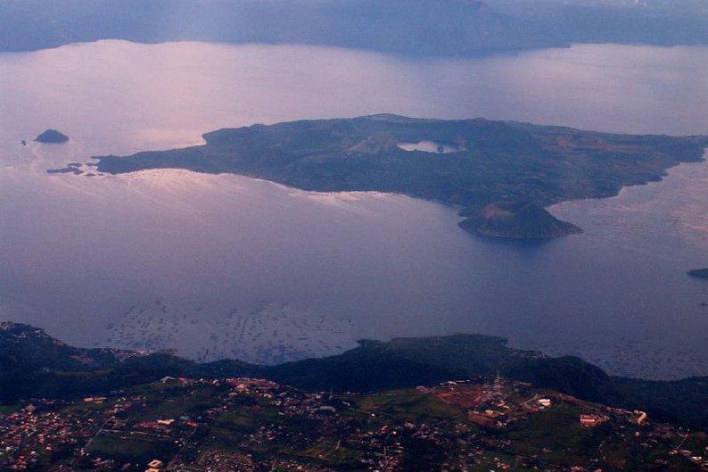 O vulcão Taal fica dentro do lago Taal, na ilha de Luzon