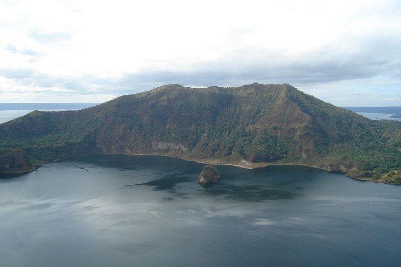 A ilha Ponto do Vulcão, no lago formado no interior da cratera