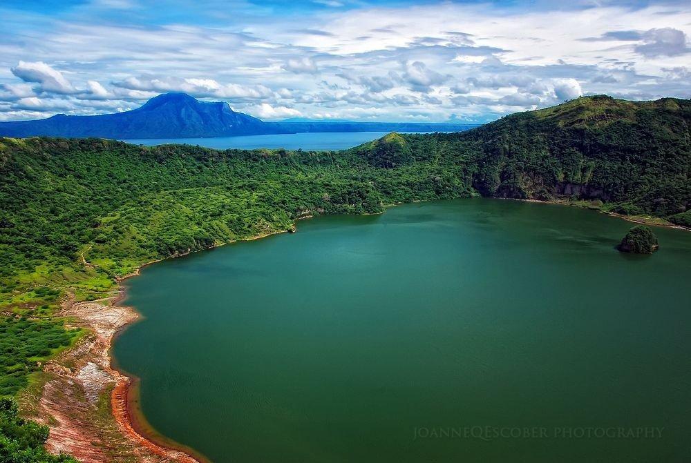 O lago dentro da cratera do vulcão Taal