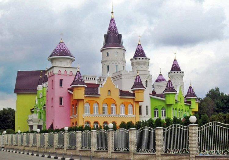 Conheça o jardim de infância construído em formato de castelo