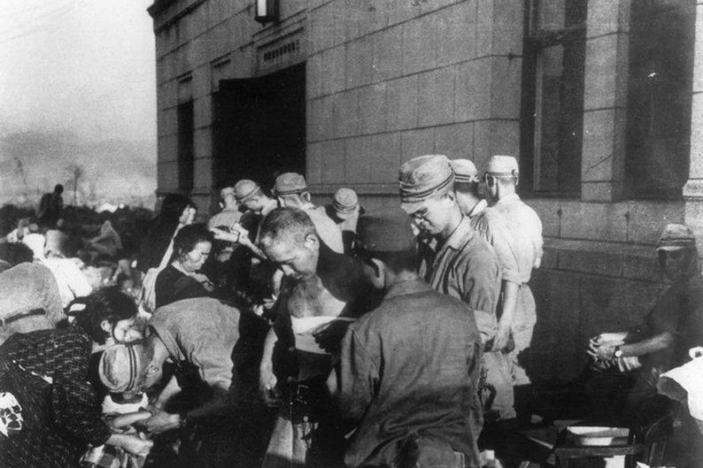 Sobreviventes recebem cuidados médicos pouco tempo depois da explosão