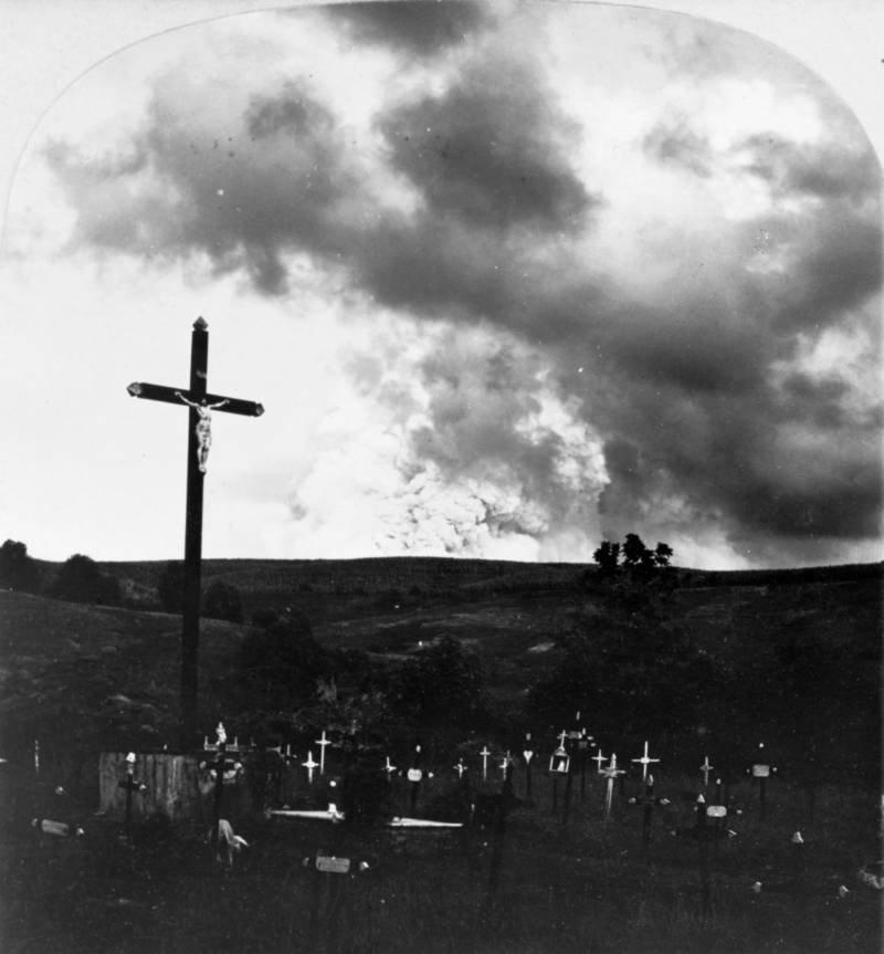 Cruz aos pés do Monte Pelée, palco da maior catástrofe vulcânica do século 20