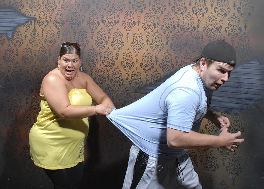 Fotos mostram pessoas tendo reações histéricas em uma casa mal-assombrada