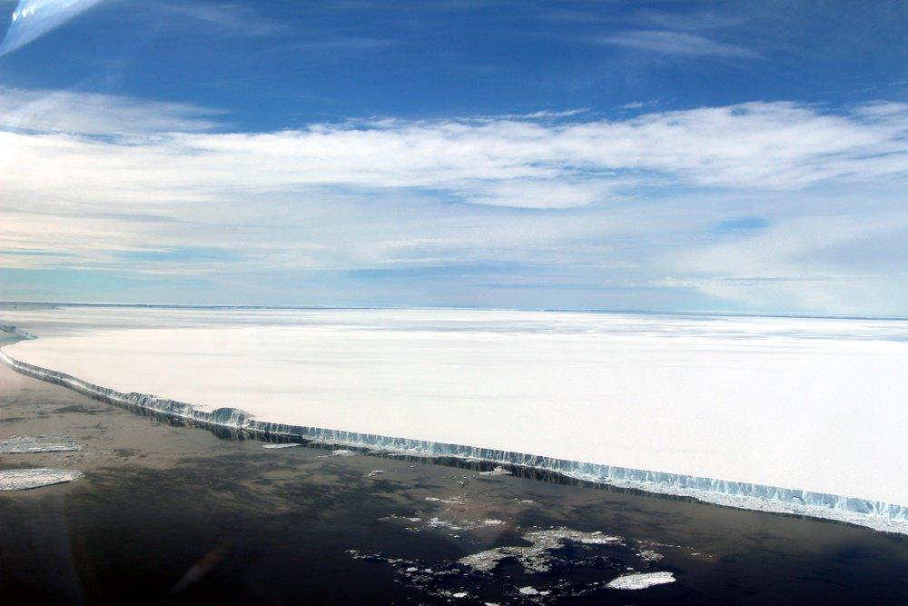 Iceberg gigante que se desprendeu promove espetáculo gelado na Antártida