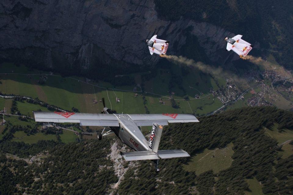 Saltan de una montaña y 'aterrizan' en una avioneta en pleno vuelo