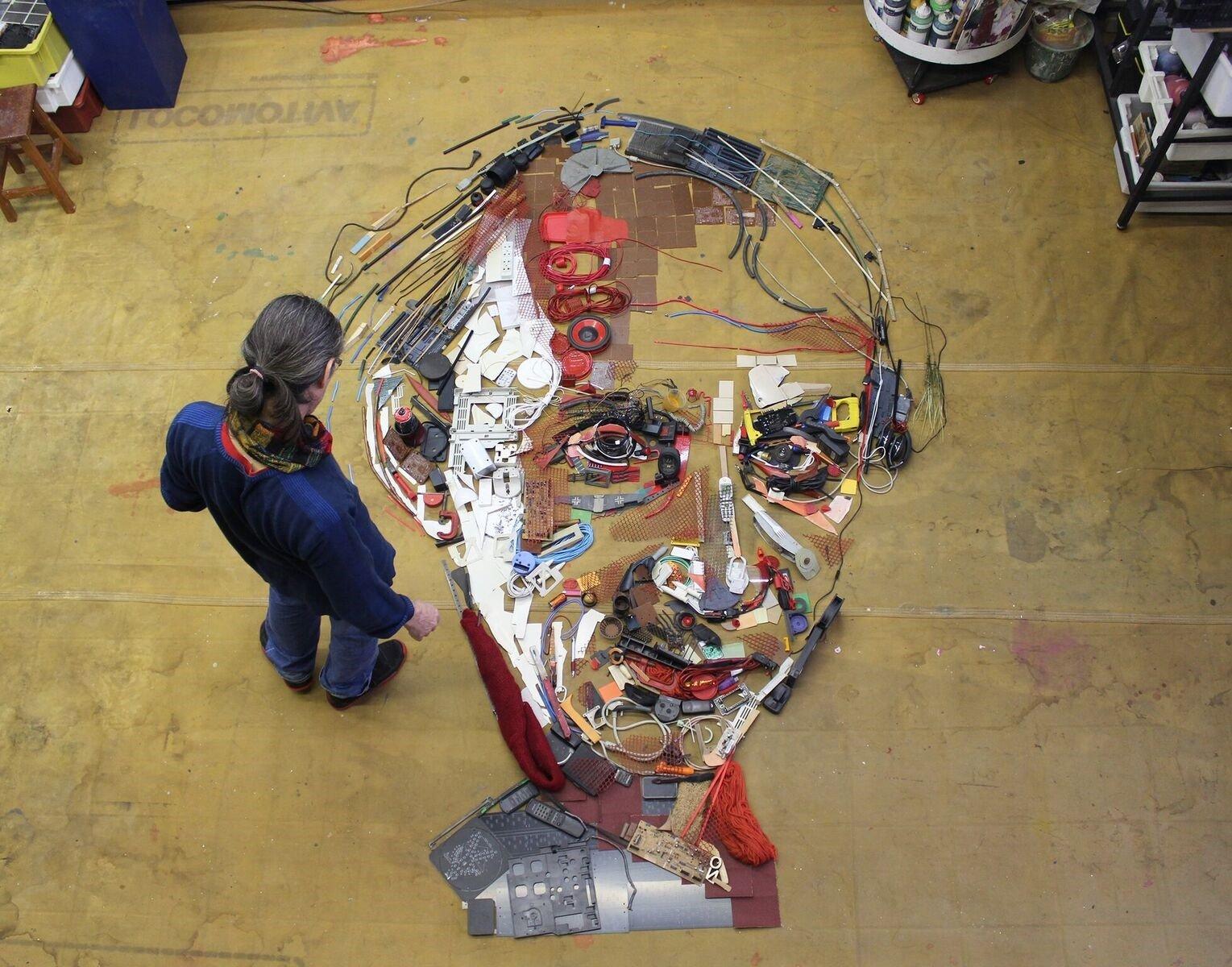 Artista cria obras com lixo eletrônico