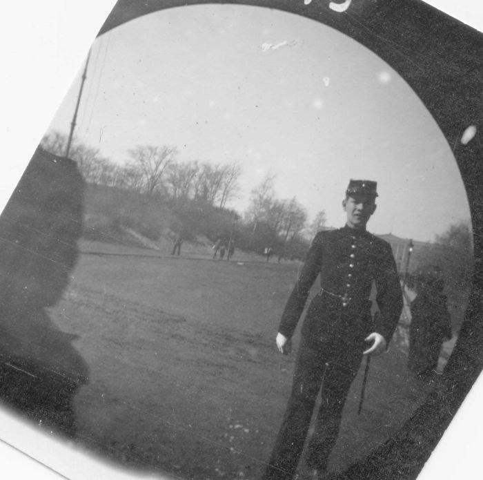 Veja as fotos tiradas pelo homem que usava uma câmera escondida em 1890