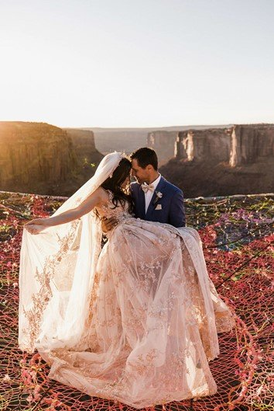 Veja fotos de um casamento feito entre duas montanhas, a 120m do chão