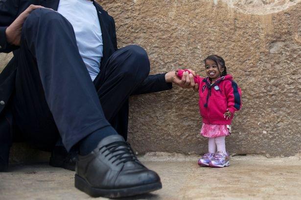 Homem mais alto do mundo conhece a menor mulher do planeta