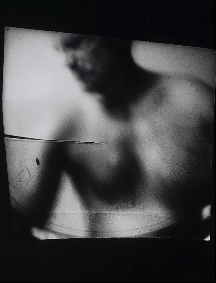 Artista acopla câmera em sua vagina para fotografar seus parceiros sexuais