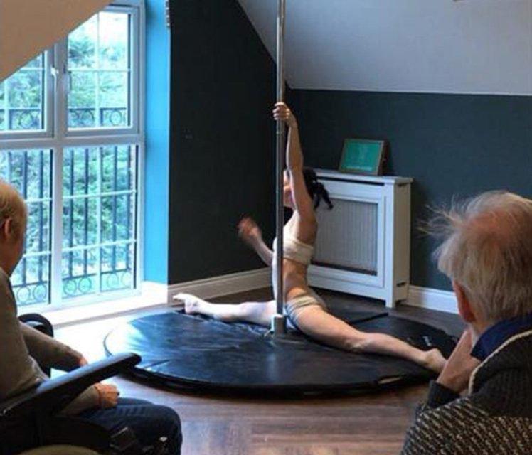 Casa de repouso contrata dançarinas de pole dance para entreter idosos