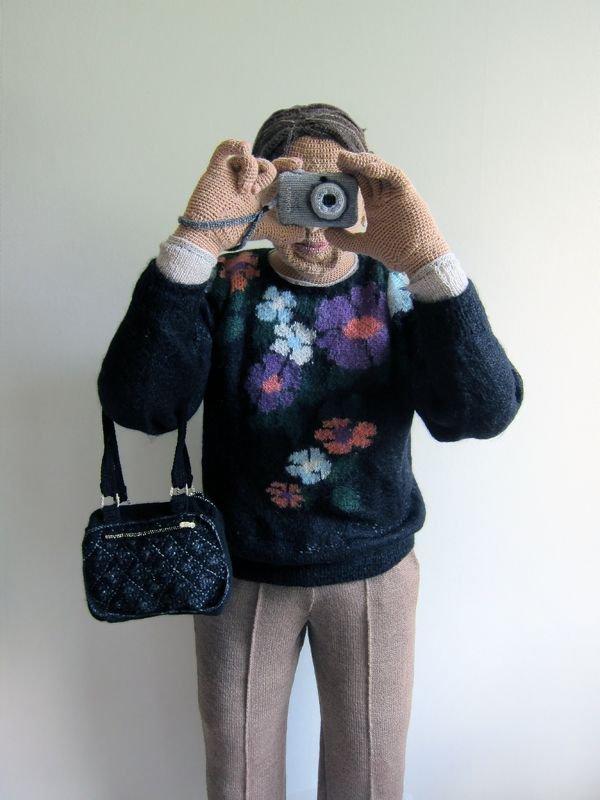 Com crochê, artista faz versões super-realistas de pessoas do seu cotidiano