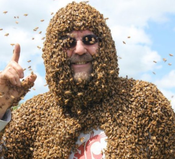 Professor continua a dar aula mesmo com a cabeça coberta de abelhas