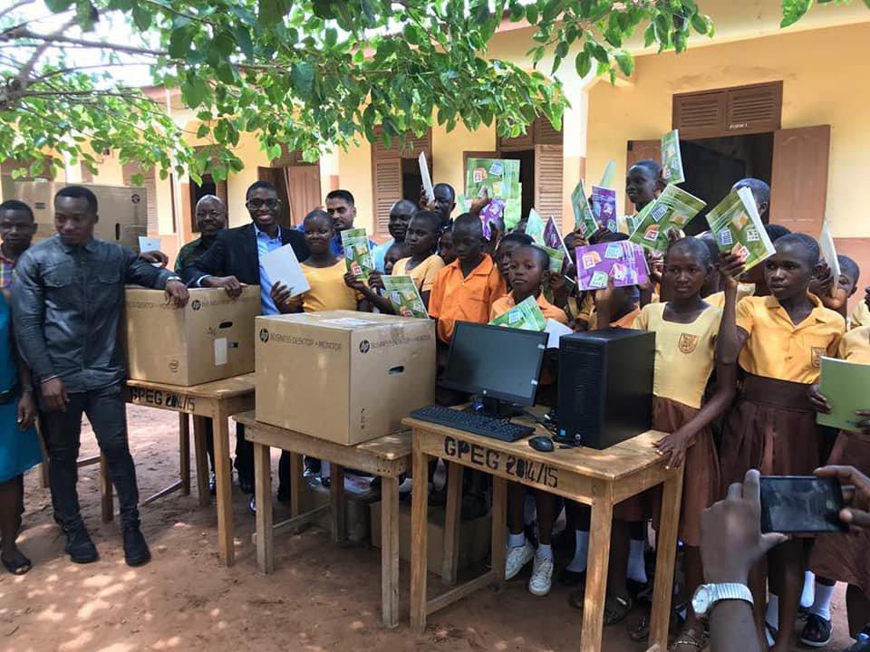 Professor de Gana que ensina computação no quadro-negro ganhou computadores