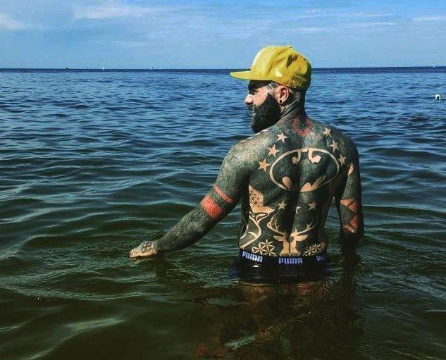 Este cara tem 90% do corpo tatuado e não tem planos de parar por aí