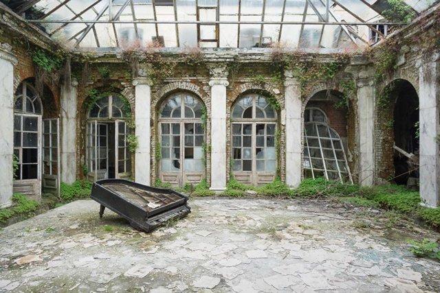 A atmosfera decadente de locais luxuosos que caíram no esquecimento
