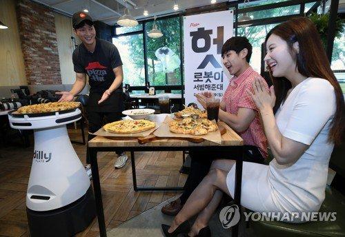 Robô coreano já entrega pizzas em restaurante como se fosse garçom