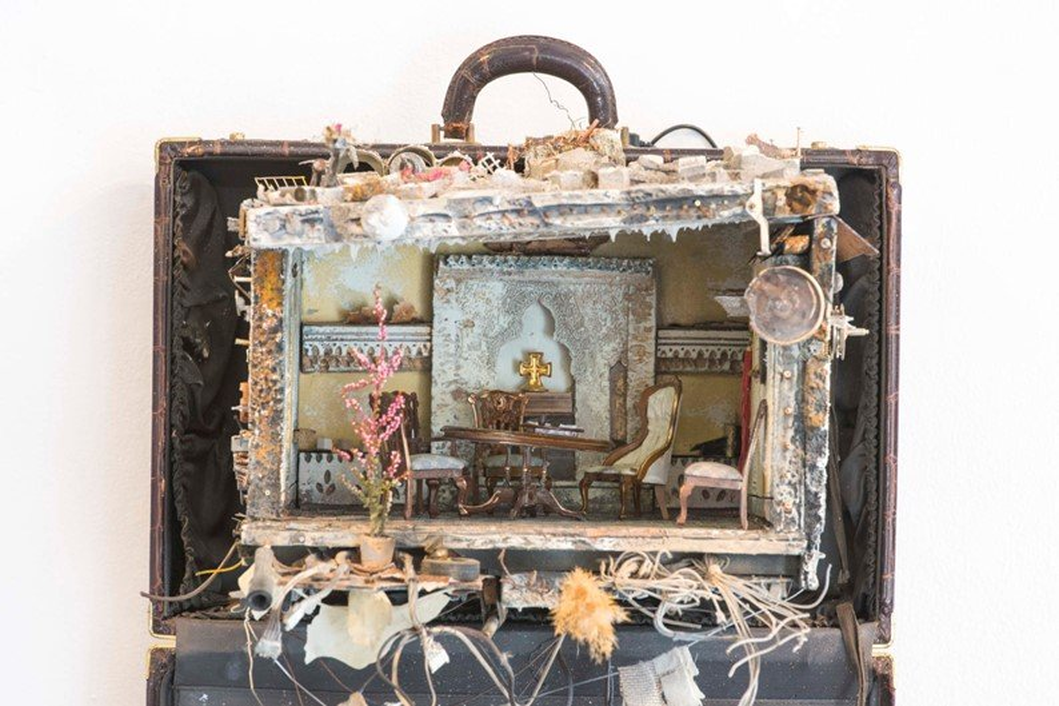 Artista sírio cria instalações em miniatura para falar sobre refugiados