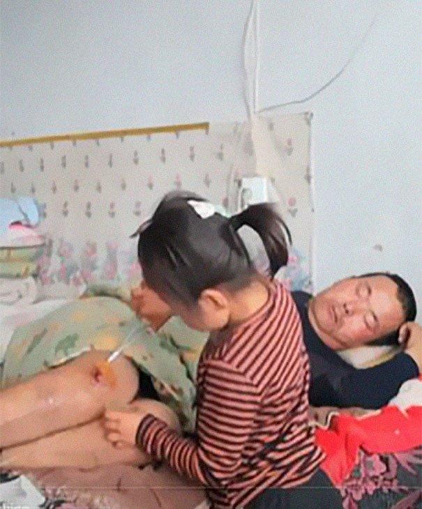 Após ser deixada pela mãe, garota de 6 anos é quem cuida de pai paralisado