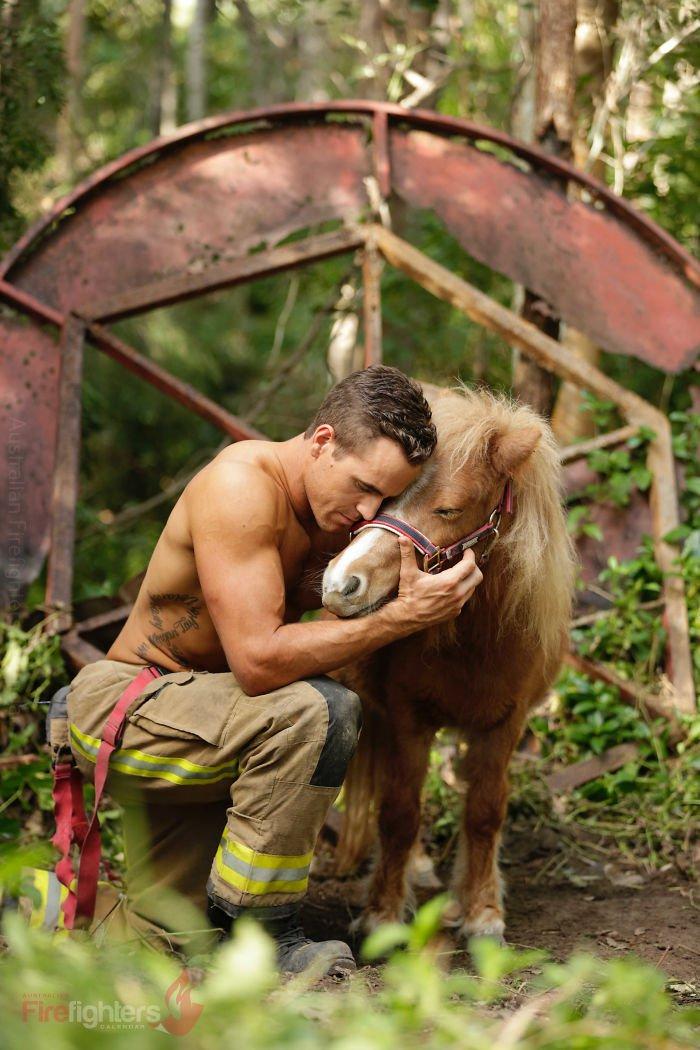 Este calendário de bombeiros com bichinhos é sensual e fofo ao mesmo tempo