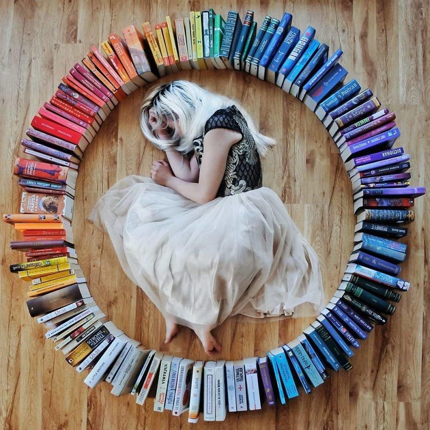 Esta moça transforma os livros de sua biblioteca em Arte