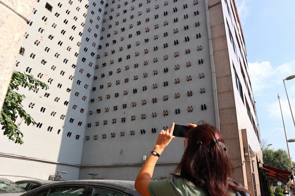 Instalação lembra as vítimas de feminicídio na Turquia em 2018