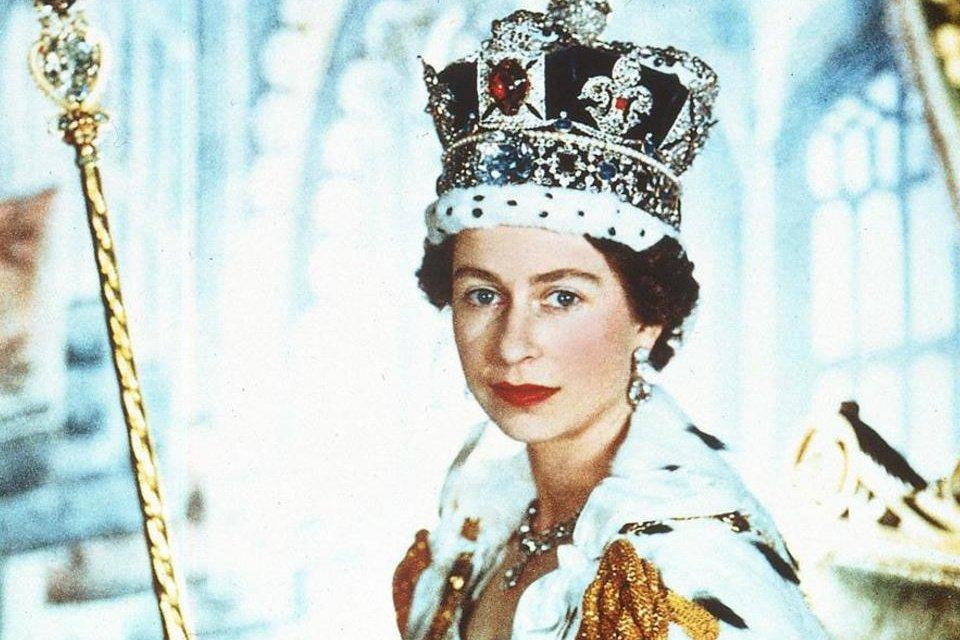 Quanto vale a coroa que a Rainha Elizabeth usou em sua coroação? - Mega Curioso