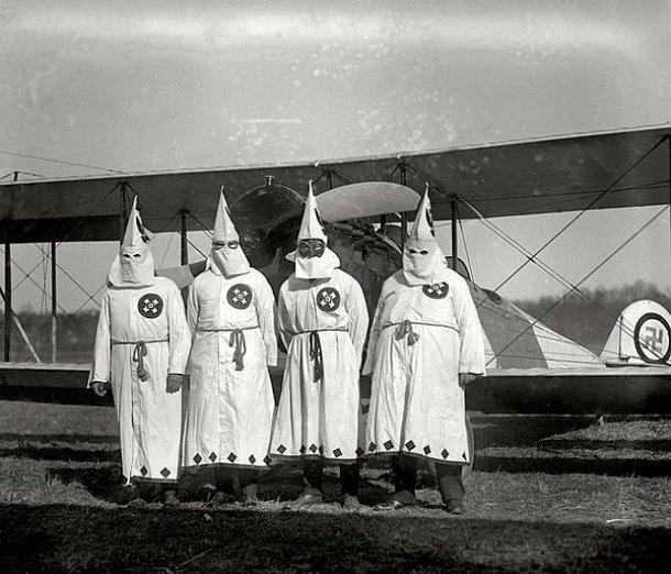 Membros da KKK. (Fonte: Wikimedia Commons)