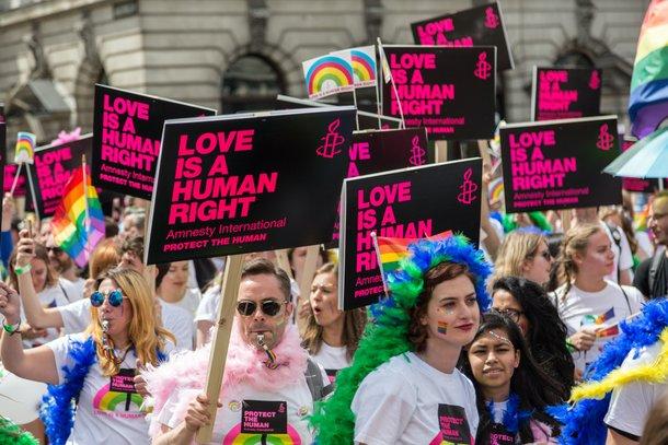 Lésbicas, gays e bissexuais (e pansexuais) são pessoas com orientação sexual diferente da heterossexualidade (Imagem: Unsplash)