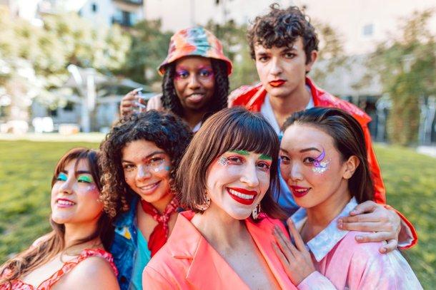 As outras partes da sigla LGBTQIA+ surgiram para mostrar que todas as pessoas são bem-vindas no movimento (Imagem: Pexels)