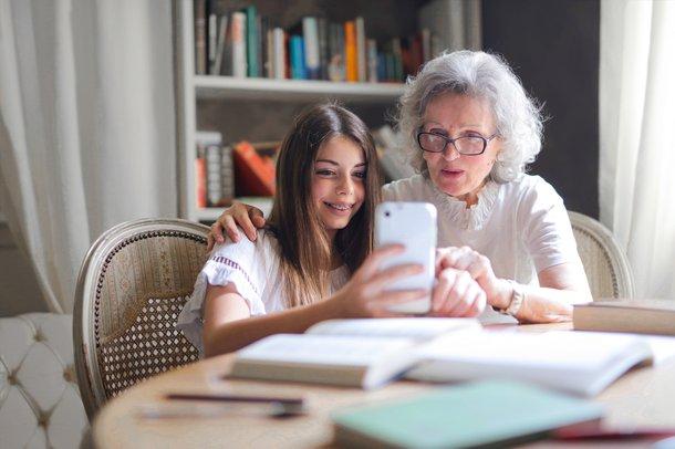Se o pensionista estiver no mundo digital, ele pode fazer a prova de vida pelo aplicativo no celular (Imagem: Pexels)