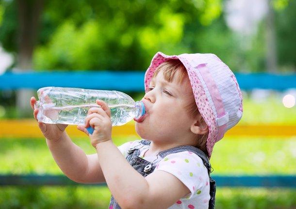 Com altas temperaturas, se manter longe do sol e hidratado é fundamental para garantir o bem-estar. (Fonte: Freepik/Reprodução)