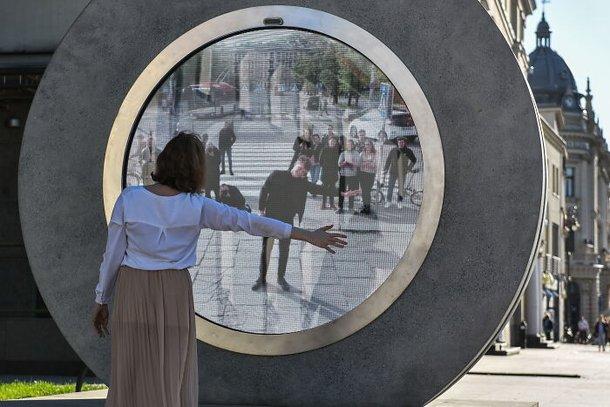 Através do PORTAL, pessoas podem ver cidade e cultura de outro país (Imagem: Bored Panda/Reprodução)